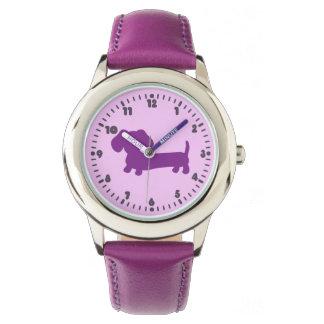 時間の腕時計を学んでいる子供の女の子の紫色のダックスフント 腕時計