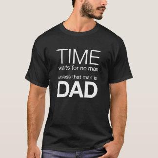 時間はその人がパパでなければ人を待っていません Tシャツ