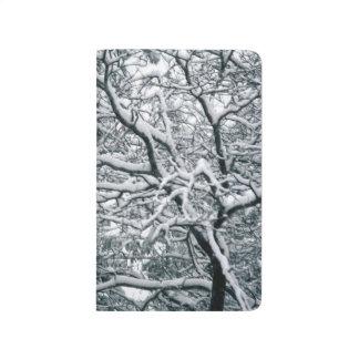 景色かわいらしい冬の木の雪で覆われた枝 ポケットジャーナル