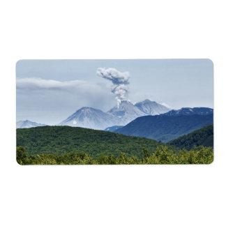 景色の火山爆発および緑の森林 ラベル