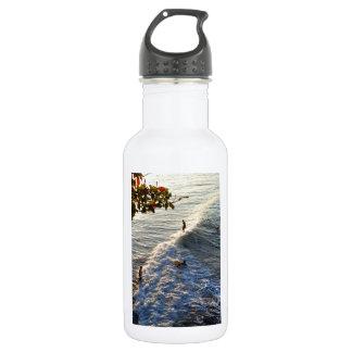 景色の熱帯ビーチの波をサーフするLongboard ウォーターボトル