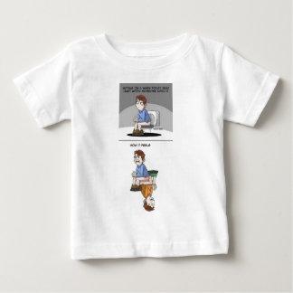 暖かい洗面所で置かれることはのように…あります ベビーTシャツ