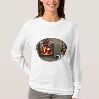 暖炉によってうたた寝 Tシャツ