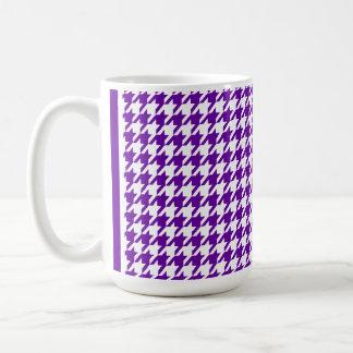 暗いすみれ色の千鳥格子の コーヒーマグカップ