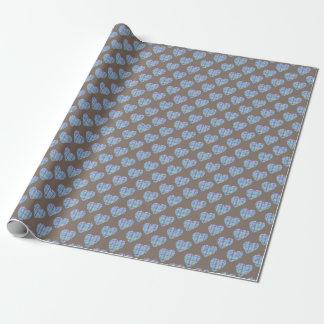 暗いチョコレート色の青いハートパターン ラッピングペーパー