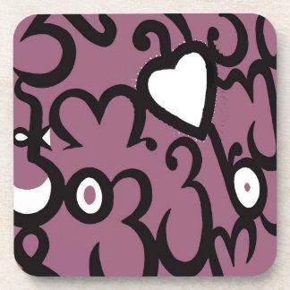 暗いピンクおよび白のハート及び渦巻パターン コースター