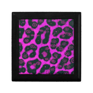 暗いピンクの黒く色彩の鮮やかなチータ ギフトボックス