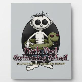 暗いプールの水泳の学校 フォトプラーク