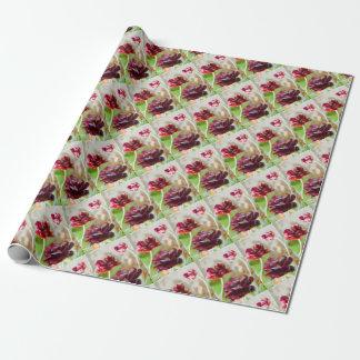 暗いボルドーのシャクヤクの花盛りのチューリップのトリオ ラッピングペーパー