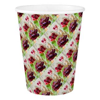 暗いボルドーのシャクヤクの花盛りのチューリップのトリオ 紙コップ
