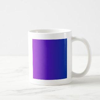 暗い淡いブルーの垂直勾配への暗いバイオレット コーヒーマグカップ