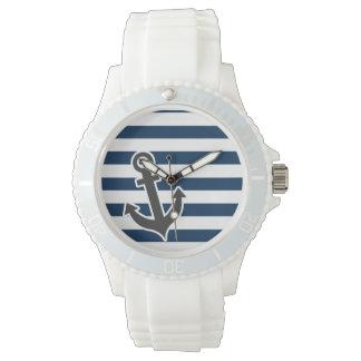暗い真夜中の青い縞の航海のないかり 腕時計