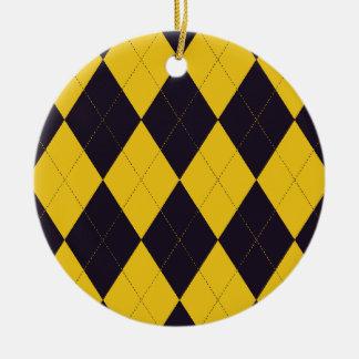 暗い紫色および黄色のアーガイル柄のなオーナメント セラミックオーナメント
