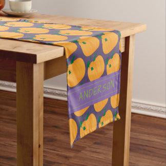 暗い紫色の名前入りのカボチャパターン ショートテーブルランナー