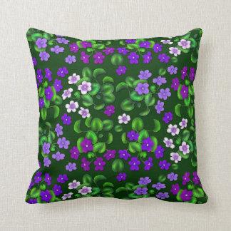 暗い紫色の庭バイオレットによっては枕が開花します クッション