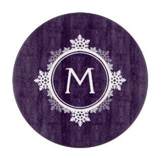 暗い紫色の雪片のリースのモノグラム及び白い カッティングボード