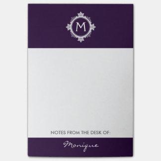 暗い紫色の雪片のリースのモノグラム及び白い ポストイット