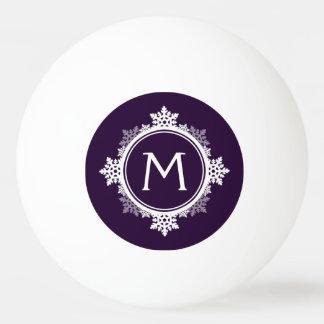 暗い紫色の雪片のリースのモノグラム及び白い 卓球ボール