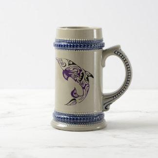 暗い紫色の黒い種族のイルカの入れ墨のデザイン ビールジョッキ