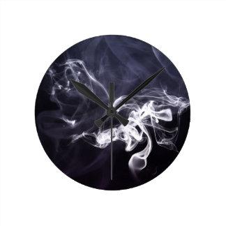 暗い紫色bg上のクールな煙の夢みるようなsilhoutte ラウンド壁時計