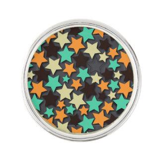 暗い背景が付いているカラフルな星パターン ラペルピン