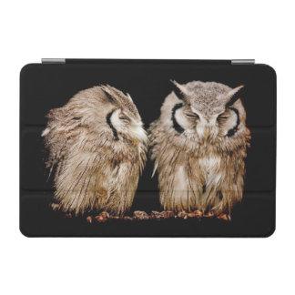 暗い背景の若いOwlets iPad Mini カバー