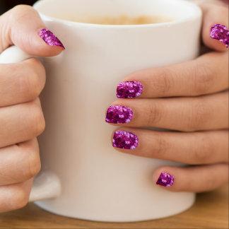 暗い赤紫色のショッキングピンクのきらめく星のMinxのネイル ネイルアート
