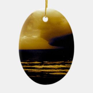 暗い雲のビーチの波に近づくハリケーンの嵐 セラミックオーナメント