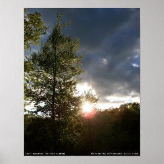 暗い雲の中のライト ポスター