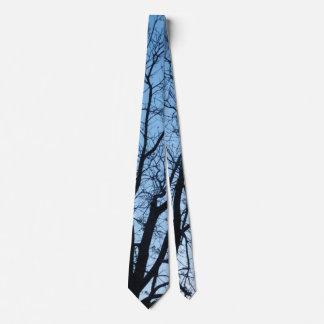 暗いLeaflessツリーブランチが付いている淡いブルーのタイ カスタムタイ