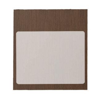 暗く素朴な粒状の木製の背景 ノートパッド