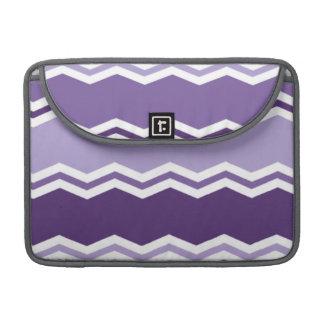 暗く、軽いラベンダー紫色のシェブロンは縞で飾ります MacBook PROスリーブ