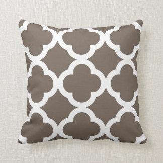 暗灰色および白の粋なクローバーパターン クッション