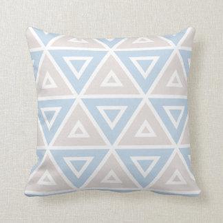 暗灰色の青い三角形の幾何学的なパターン クッション