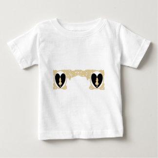 暗灰色ベージュ色の愛アリスのヴィンテージフレーム ベビーTシャツ
