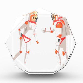 暗闇で雑談している宇宙服の2人の宇宙飛行士 表彰盾