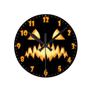 暗闇の恐いハロウィーンのカボチャのちょうちん ラウンド壁時計