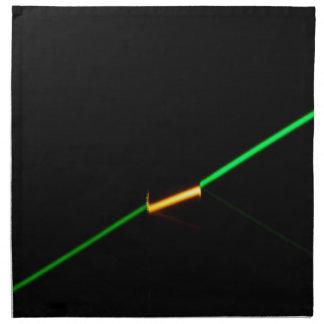 暗闇を突き通す緑レーザーはガラスを着色しました ナプキンクロス
