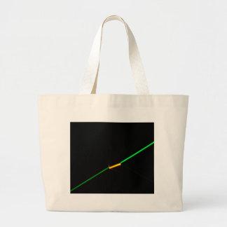 暗闇を突き通す緑レーザーはガラスを着色しました ラージトートバッグ