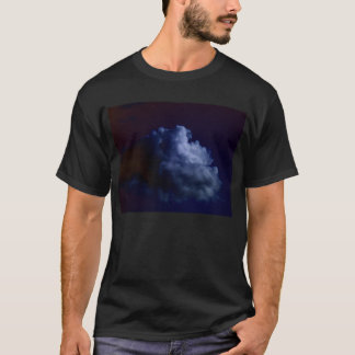 暗闇bで形作る淡いブルーの積雲のcongestus tシャツ