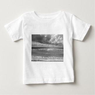 曇った日のマリーナのディディミアムのピサのビーチの海岸 ベビーTシャツ