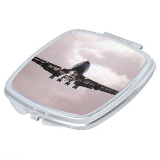 曇った灰色の空のジャンボジェット機