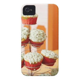 曇らされたカップケーキを表示する金属の木 Case-Mate iPhone 4 ケース