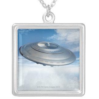 曇り空を通したUFOの飛行 シルバープレートネックレス