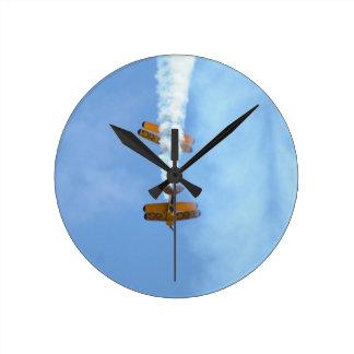 曲技飛行の複葉機 ラウンド壁時計