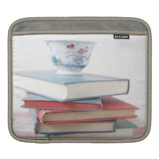 書架のティーカップ iPadスリーブ