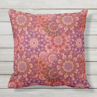 曼荼羅花パターンプリントが付いている枕 クッション