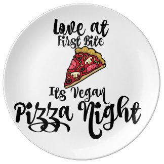 最初にでかみますビーガンピザ夜を愛して下さい! プレート
