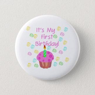 最初に蝋燭の誕生日のピンクのカップケーキ 5.7CM 丸型バッジ