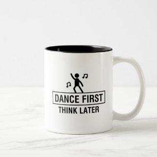 最初のダンスは後で考えます ツートーンマグカップ